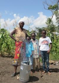 Family Empowerment door een energie zuinig kooktoestel, de Wisdom Stove, oma Jane en haar kleinzoons uit Kitambaasya, Kenia