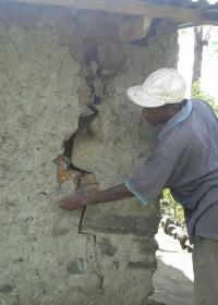 Door de regenoverlast is het zand tussen de stenen weggespoeld, crisis hulp, Circle4life Kenya