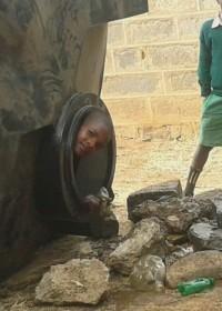 De volle nog niet aangesloten tank moest eerst leeg en dat was een attractie, hulp aan school, Kitambasya Kenya, Education, crisis aid