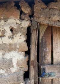 Een 'noodhulp'huisje gebouwd door de buren, het is overleven voor Pauline en haar kinderen, Circle4life Kenia