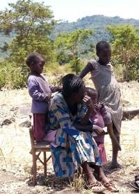 Pauline en de tweeling van 4 en dochter van 10, Kitambaasya, Kenia, Circle4life Kenya, crisishulp