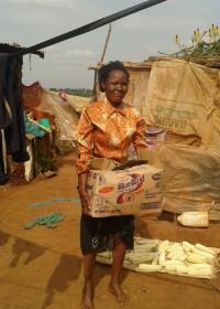 Het maandelijkse basisvoedselpakket is voor het eerst uitgereikt aan Pauline, crisishulp, family empowerment, Circle4life Kenya