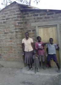 Pauline Mutete, met een paar van haar kinderen voor het nieuwe huis, Kitambaasye, crisis aid Circle4life