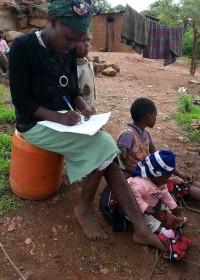 Medical Aid, moeder Esther tekent de toestemming voor de operatie van Onesmus, Circle4life Kenya