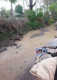 De weg naar Kyeleni, een en al modder. Education, special need children, Circle4life Kenya