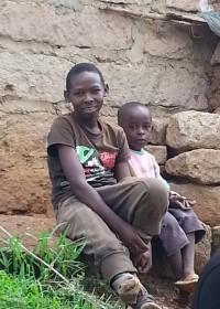 Onesmus brengt de vakantie thuis door bij zijn familie in Uamani, medical aid, special need, Circle4life Kenya