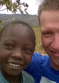 Mithini Ithanga, Gerard onze ambassadeur met een van de kinderen van Kaluki, Circle4life Kenya