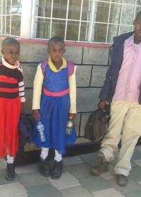 Onesmus en tweeling Faith en Mercy terug bij de school in Ol Kalou, medische hulp, onderwijs, Kenia, Circle4life