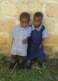Zijn ze niet schattig? de jongste tweeling van Pauline Mutete, Kitambaasye gaat naar school, Circle4life Kenya, onderwijs