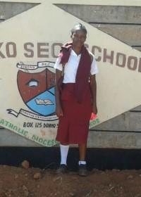 Mary voor de poort bij Kiboko Secundary School, onderwijs is haar toekomst #Circle4life Kenya