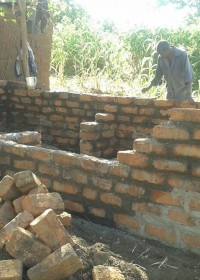 De bouw vordert, over niet al te lange tijd heeft het gezin een nieuw huis, crisis hulp Circle4life Kenya, Pius