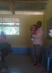 Voorlichting op scholen is een van de taken van maatschappelijk werkster Margarete Njeri, Circle4life Kenya, counseling Mo, Mercy, Mr. Marley