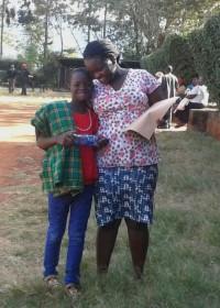 Felistar met haar zusje na het goede nieuws, family empowerment, crisishulp Kenia