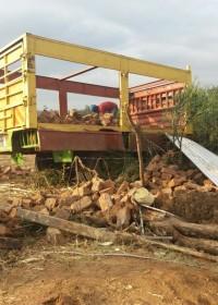 De bouwmaterialen van het afgebroken huis worden ingeladen, Kenia