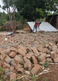 Stukje voor stukje wordt het huis afgebroken, alles om opnieuw te gebruiken