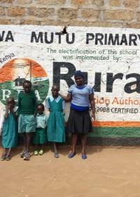 Felistar met haar oudste kind en drie zusjes/broertje voor de basisschool, onderwijs is hun toekomst! Circle4life Kenya