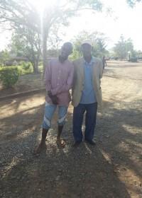Vader Waweru (86) en zoon Samuel (16) bij Kolping, Makutano, onderwijs, Circle4life