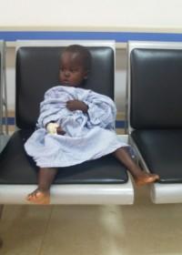 Bryan in het Gatundu District Hospital wachtend op de operatie, Circle4life Kenia, medische hulp