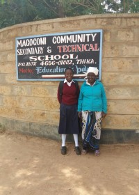 Christine en oma Beatrice voor de ingang van Magogoni Secundary, Circle4life Kenya