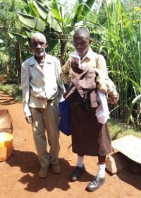 Mary is klaar voor school, samen met haar vader (86) voor het huis in Gatanga, Circle4life Kenia