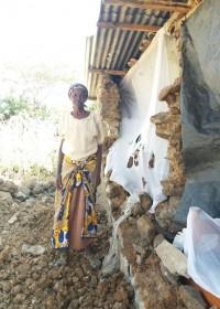Catherine voor het ernstig gehavende huis, hulp is hard nodig! Circle4life Kenia, crisishulp