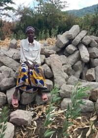 Catherine hield de wacht bij het zand en de stenen, Baringo, Kenia, Circle4life