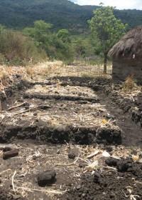 De fundering wordt verstevigd door een ijzeren vlechtwerk, Baringo, Kenia, Circle4life
