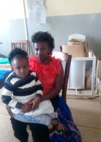 Dedii en haar mama in het Gatundu District Hospital in afwachting van het gesprek met de orthopedisch chirurg, Circle4life Kenya