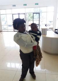 Mama Salome en Akoth wachten gespannen af, operatie verzet, crisis hulp, medische hulp, Circle4life Kenia