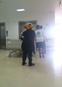 Onderweg naar de operatiekamer, Heupoperatie Akoth, GatunduDistrictHospital, Circle4life Kenia
