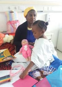Wachten voor de operatie, Akoth speelt doktertje, Circle4life Kenia, Medische hulp
