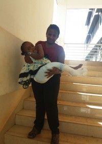 Mama draagt Akoth naar de taxi, time to go home! Circle4life Kenia, medische hulp, crisis hulp