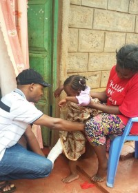De fysiotherapeut komt voorlopig naar Akoth (Dedii) toe, intensieve therapie na de heupoperatie, Donyo Sabuk, Kenia, Circle4life