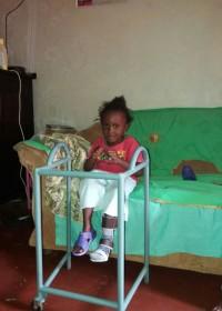 Het op maat gemaakte looprek voor Akoth, fysiotherapie, Heupoperatie, Circle4life Kenia
