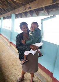 Akoth met een grote lach na de uitslag van de rontgenfoto's, Gatundu District Hospital, Circel4life Kenya