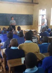 Vier vrijwilligers van Kiota Childrens Home als gastsprekers op de voorlichtingsdag, Kitambaasye, Uamani, Donyo