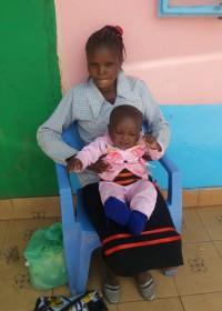 Alvin en zijn mama bij de kliniek in Donyo Sabuk voor zijn controle en inenting