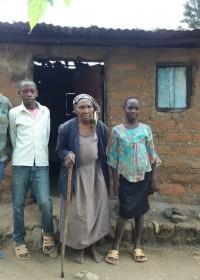 Oma Priscilla met drie van haar kleinkinderen
