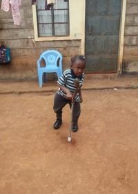 Kleine Akoth (Dedii - 6) - oefenen om te leren lopen, crisis hulp, medische hulp, Circle4life Kenya