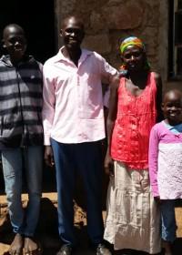 Joseph Elim, zijn vrouw Eunice en hun vier kinderen, sponsorkleding, Circle4life
