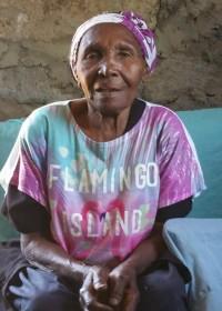 Oma Priscilla (86) in haar flamingo shirt, sponsoring, family empowerment, Circle4life