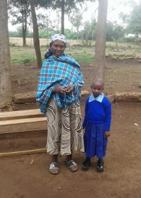 Teresia en haar overgrootmoeder. Onze hulp is hard nodig. C4LKenya, crisis aid, education, family empowerment