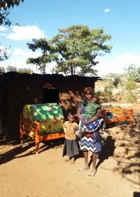 Ann met haar kinderen en het nieuwe bed, crisis hulp Circle4life Kenia