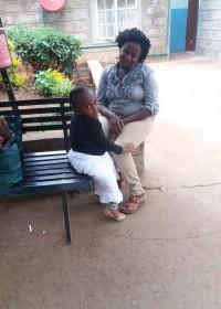 Akoth en haar mama wachtend in het Kijabe ziekenhuis, vooronderzoek, operatie, medische hulp, Circle4life