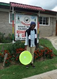 Onesmus bij revalidatiekliniek Ol Kalou, schoolvoetbal, wedstrijd, de beste, Circle4life Kenya, medical aid, toekomst