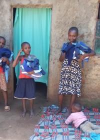Schooluniformen en -schoenen voor de kinderen van Christine, Uamani, Circle4life
