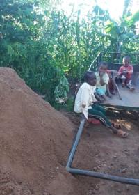 Moeilijk begaanbaar, zwaar werk en de start van de bouw, family empowerment, home construction Mithini Kenya