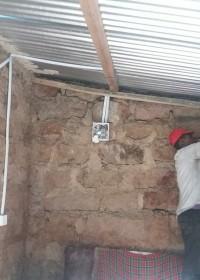 bedrading voor het licht...  afronding van het bouwproject voor Mundia, Mithini, Circle4life Kenya