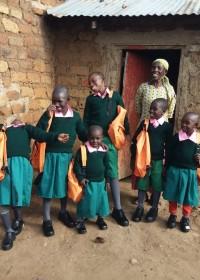 Schooluniformen, blije kids, onderwijs, Circle4life Kenya, Kitambaasye, Oecomenische basisschool Brummen