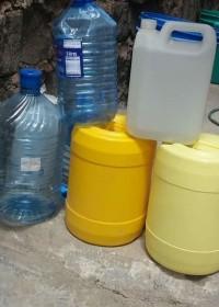 Jerry cans voor de levering van water, corona-tijd, Kenia, rurale gebieden, Circle4life